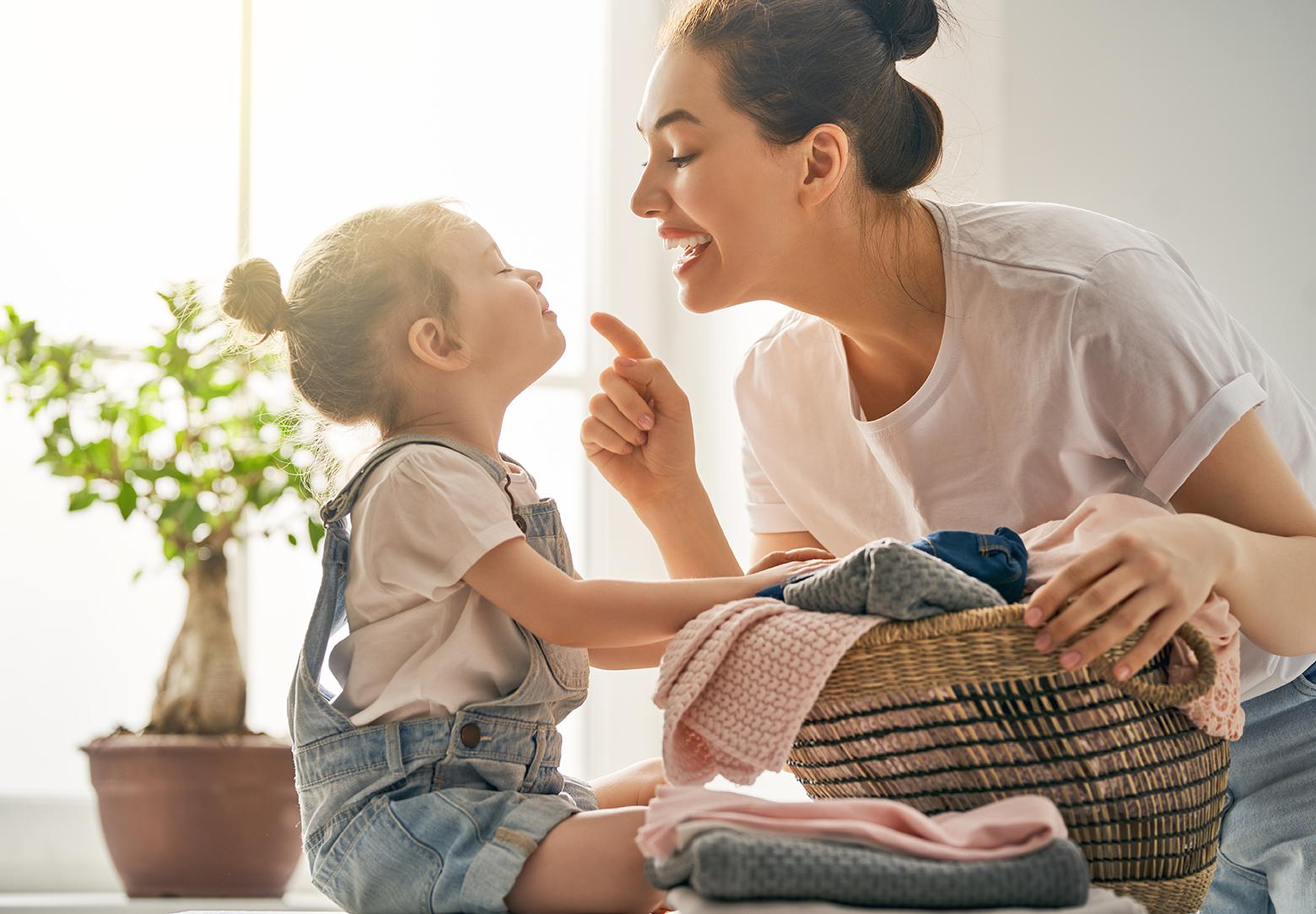 Mor og barn rydder og vasker
