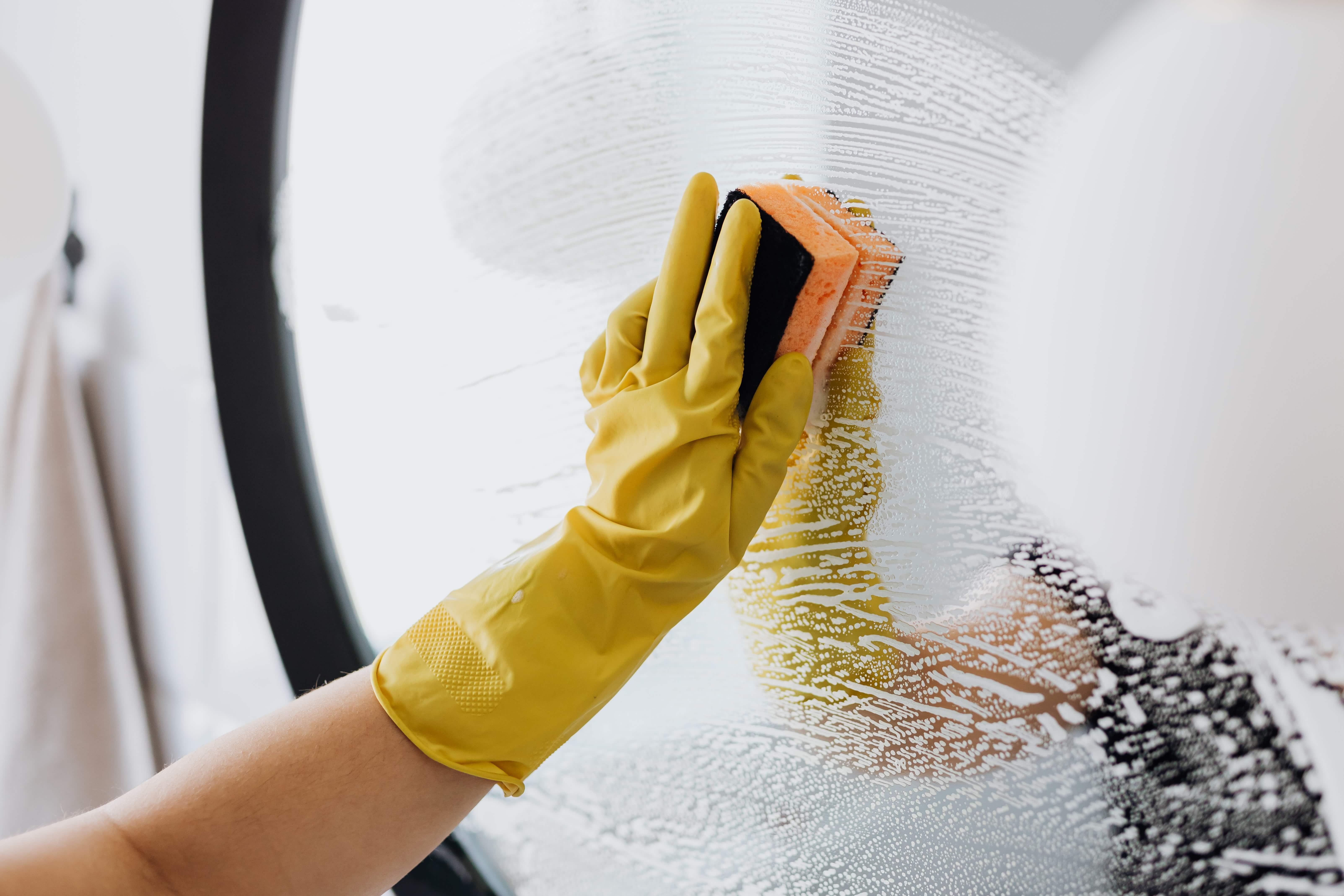 Baderomsspeil blir vasket