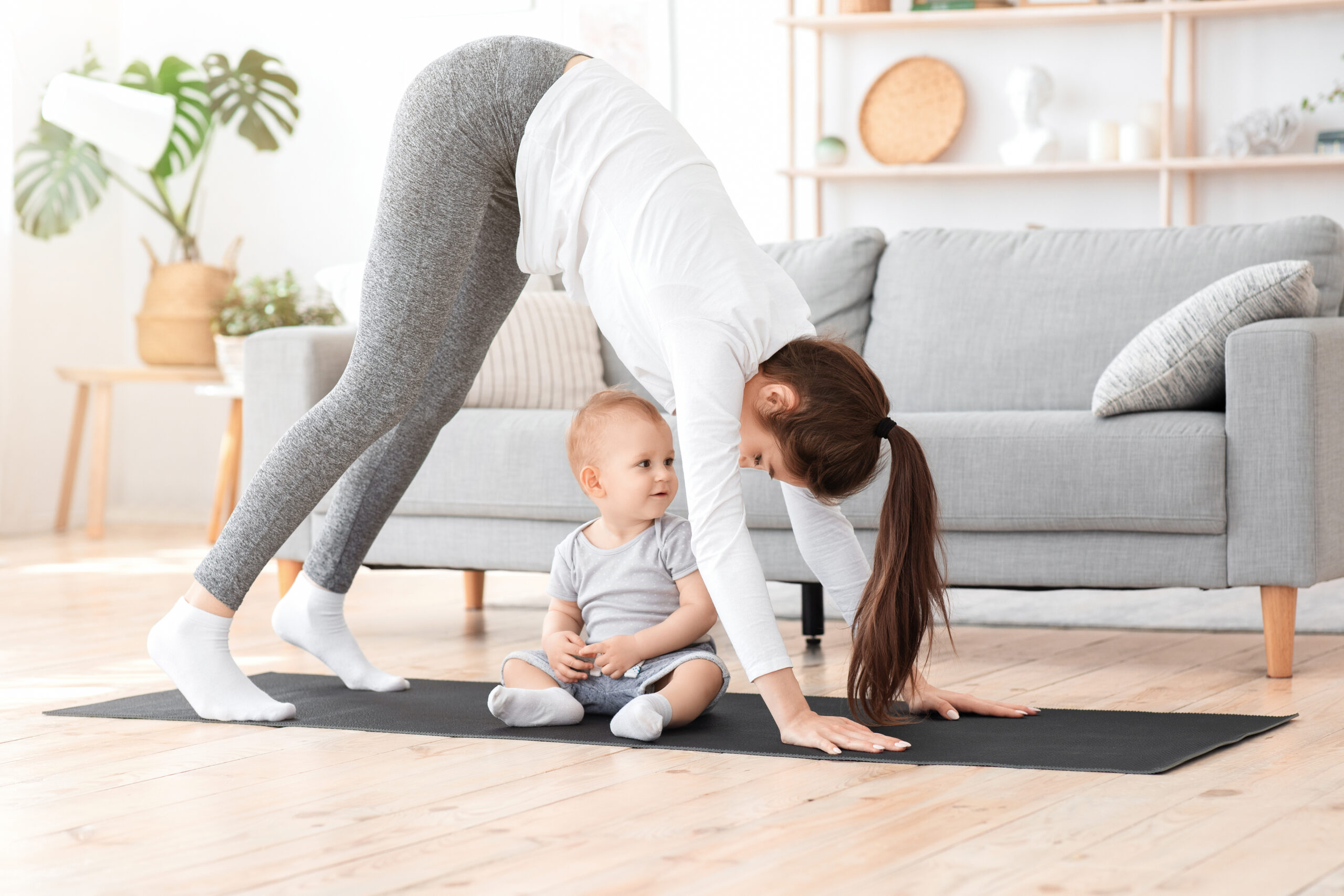 Yoga med baby på ren stue
